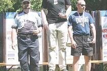 Stříbrný medailista z Mistrovství Český republiky v brokovém IPSC, novojičínský rodák Michal Vavrečka (vleov), na zlatém stupínku mistr republiky Přemysl Marek a bronzový Marek Košťák.