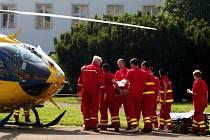 Záchrana zraněné chodkyně, kterou srazil autobus