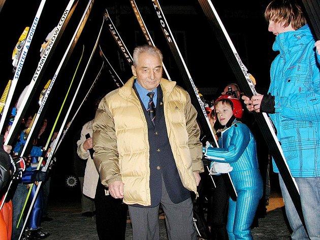 Jiří Raška, olympijský vítěz ve skoku na lyžích, jenž letos v únoru oslavil sedmdeátiny, v pátek 28. října obdržel státní vyznamenání Za zásluhy. Ilustrační foto.