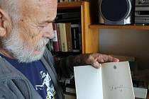 Alois Válek ukazuje typický podpis Václava Havla se srdíčkem, který mu prezident vepsal do knihy na setkání v pražském Špalíčku.
