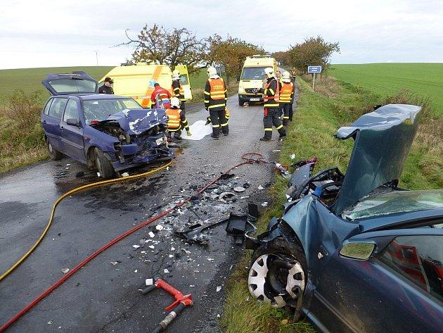 Dvě osobní auta se dnes ráno střetla na silnici III. třídy mezi obcemi Bítov a Těškovice. Záchranáři dostali o vážné nehodě hlášení krátce před půl osmou ranní, po příjezdu na místo zjistili, že je zraněno několik osob.