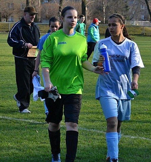 BRANKÁŘKA Klára Kociánová (vlevo) sTerezou Davidovou. Obě hráčky mají střídavý start vostravském Baníku.