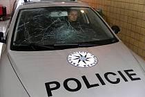 Agresivní muž skočil do předního skla policejního vozu.