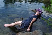 Lenka Malinová ráda fotí, nosí kloboučky nebo barety a koupe se v třeba ledové vodě. Foto: archiv Lenky Malinové
