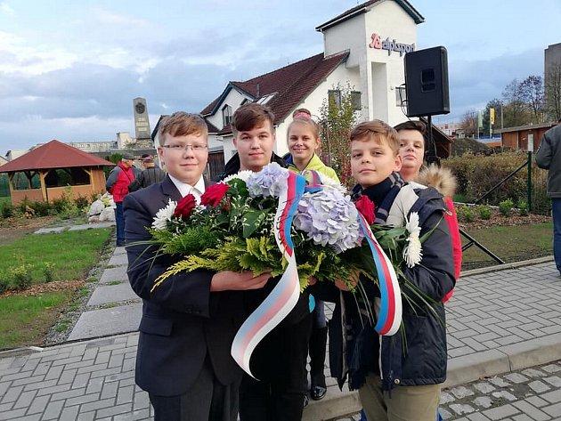 Vpátek 26.října nejen zástupci města položili památeční věnce a kytice upamátníku padlých vulici 9.května.