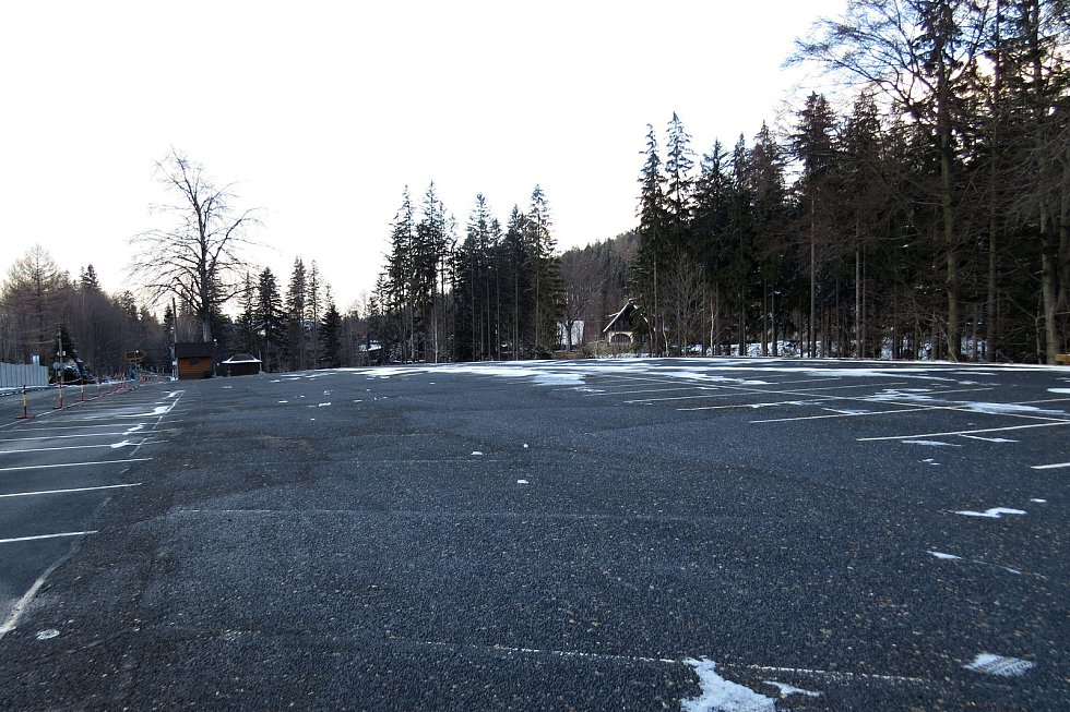 Pustevny byly v sobotu 6. března 2021 téměř pusté a prázdné, stejně jako trasa z Trojanovic-Bystrého a zpět nebo parkoviště v Ráztoce.