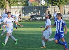 Frenštát (v bílém) šel v dohrávce do vedení po trefě Střelce, ale po dvou obdržených gólech v závěru zápasu nezískal ani bod.