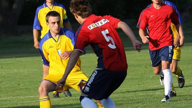 Fotbalisté Bílovce hráli v I.A třídě, skupině A slušnou roli. Na snímku (v tmavších dresech) v letošním jarním zápase na hřišti Štítiny, kde vyhráli 4:1.