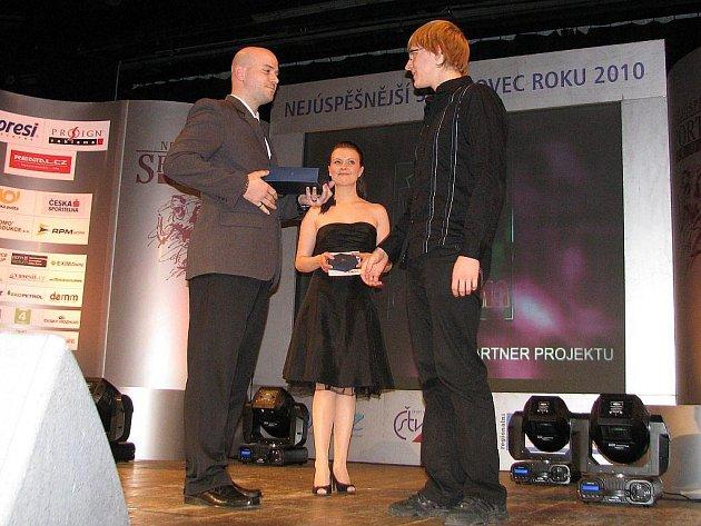 David Kunčar (vpravo), kopřivnický plavec, se stal vítězem čtenářské ankety Sportovec Novojičínska za loňský rok. Cenu mu předal sportovní redaktor Novojičínského deníku Jan Kešelák.