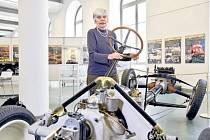Vnučka Hanse Ledwinky Hanne Mader u podvozku Tatra 11.