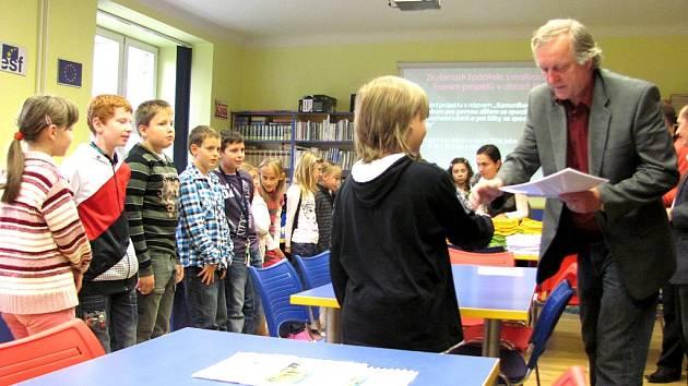 JOSEF HLADNÝ (vpravo) při předávání ocenění žákům v rámci projektu Rovná šance.