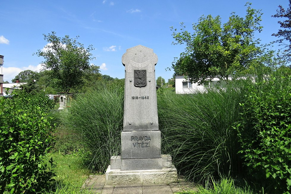 Pomník s nápisem Pravda vítězí k 50. výročí vzniku Československa z roku 1968.