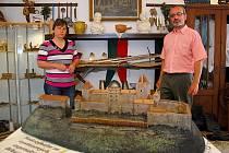 V podhradí Starého Jičína je prvním rokem otevřeno malé muzeum manželů Polzerových. Na malém dvorku a v přízemí starého domu vás provedou dobou středověku i mládí vašich nedávných předků.