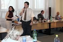 Roman Martinák a lenka Martiňáková se snažili přesvědčit zastupitele Frenštátu pod Rdahoštěm i přítomné o nutnosti znovuotevření mateřské školy na Kopané.