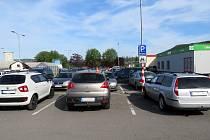 Ke střetu vozidel došlo v Kopřivnici na tomto parkovišti před obchodním domem Kaufland ve Štefánikově ulici. Foto: Policie ČR