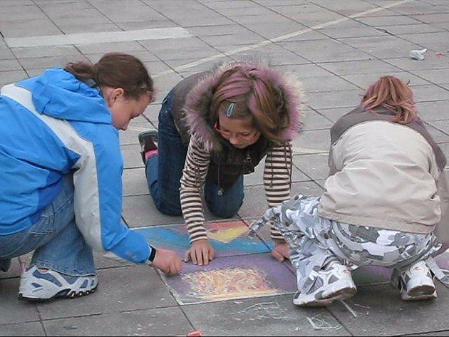 Děti malovaly křídou na náměstí v Novém Jičíně.