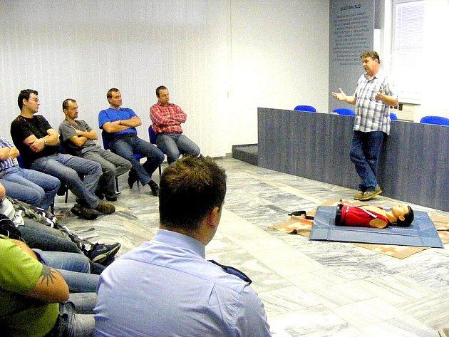 Ladislav Jantura  přednáší policistům o první pomoci.