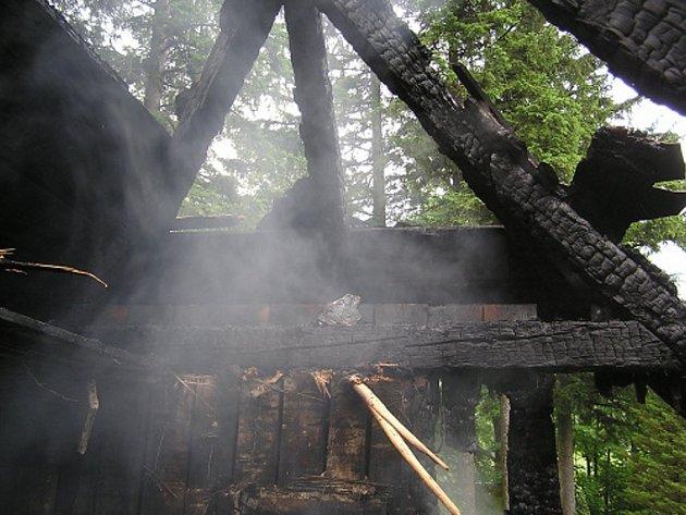 Požár dřevěné chalupy v Bystrém, místní části Trojanovic.