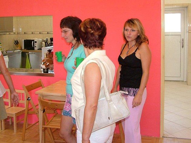 Učitelka Naďa Rojanová (vpravo) v sobotu doprovázela návštěvníky Mojí školky při Dni otevřených dveří.