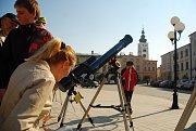 Částečné zatmění Slunce pozorovali lidé i v Příboře na náměstí Sigmunda Freuda.