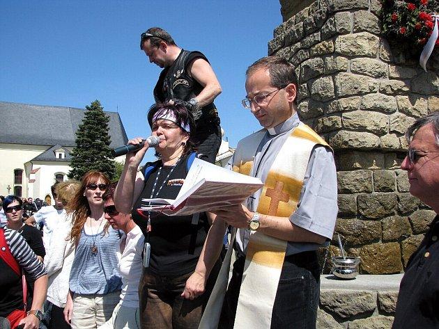 K bezúrazovému prožití letošní sezóny motorkářům požehnal bílovecký farář Lumír Tkáč a štěstí jim pořál také americký farář Tom Edwards z Daytony.