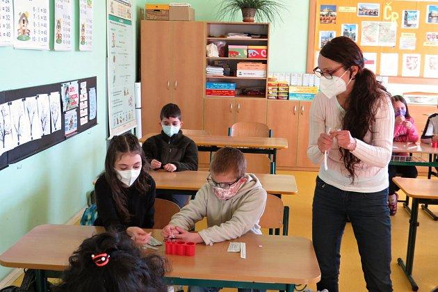 Na všech základních školách opět začala vpondělí 12.dubna 2021výuka. Zatím pro I. stupeň. Podmínkou pro účast na vyučování byl negativní test na přítomnost viru covid-19.Takto to vypadalo vZŠ Komenského vOdrách.