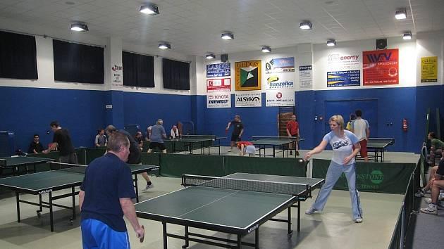 Ve sportovní hale stolního tenisu v Novém Jičíně Loučce se v sobotu , 7. března, uskutečnil již 6. turnaj neregistrovaných O Putovní pohár města Nového Jičína.