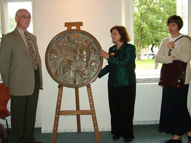 Ředitelka Muzea Albína Poláška Debie Komanski (vlevo) věnovala v červnu frenštátskému muzeu plastiku Albína Poláška.