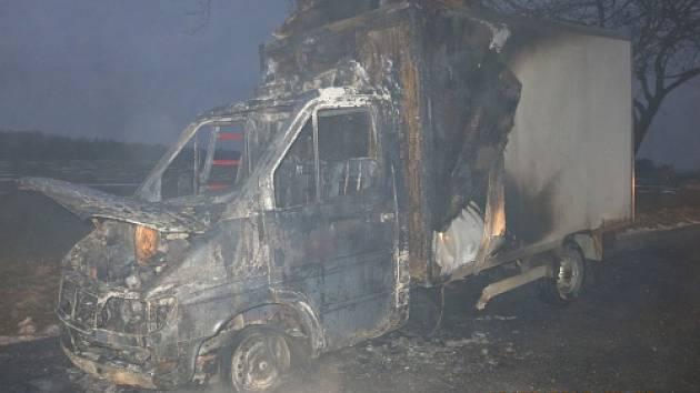 Tři jednotky hasičů zasahovaly ve středu ráno v  Sedlnici u požáru kabiny menšího nákladního automobilu Mercedes Sprinter se skříňovou nástavbou, který přepravoval pekařské výrobky.