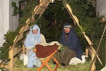 Již po několikáté, potřetí však v areálu bíloveckého zámku, byl v minulých svátečních dnech k vidění živý betlém s Marií, Josefem a malým Ježíškem ležícím v kolébce.