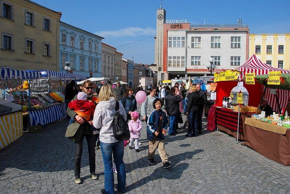 Sobotní dopolední počasí přálo velikonočnímu jarmarku, který se konal v centru Příbora.