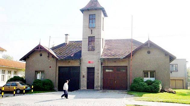 Město Kopřivnice chce co nejdříve vyřešit nevyhovující stav místní hasičské zbrojnice. Proto připravilo projekt, se kterým se ještě v letošním roce bude ucházet o dotaci, jež by posloužila na rekonstrukci.