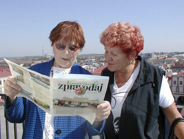 Také Krista Mičková (vlevo) s kamarádkou Annou se držely mylného údaje v Novojičínském zpravodaji, který sliboval pietní akt u Pomníku obětem války o půl hodiny později.