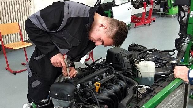 Mladý automechanik David Retei ze Střední školy Odry si třetím místem v krajském kole soutěže Automechanik Junior 2019 zajistil postup do celorepublikového finále.