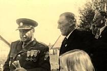 Brigádní generál Jaroslav Hrabovský dne 11. května 1947 přijímá z rukou starosty Vladimíra Janečky čestné občanství obce Petřvaldík. Foto: archiv Jiřího Hýla.