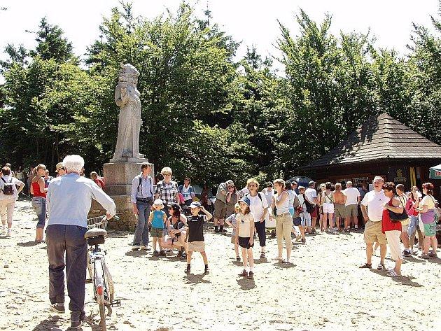 Socha pohanského boha Radegasta je vděčným fotografickým objektem mnoha turistů, kteří se vydají z Pusteven na Radhošť.