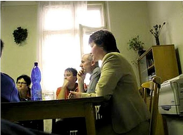 Starostka obce Irena Šímova (vpravo) a bývalá účetní Marie Trčková (vlevo) na zastupitelstvu.