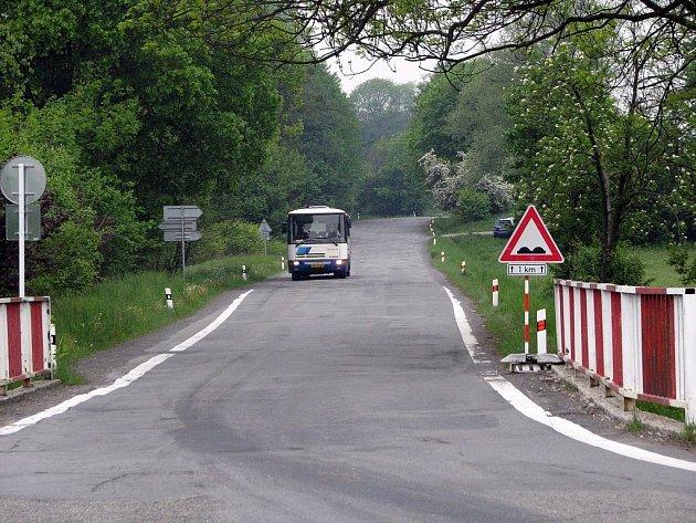 Řidiči si na silnici, která spojuje Závišice s Rybí, občas připadají jako na tankodromu.