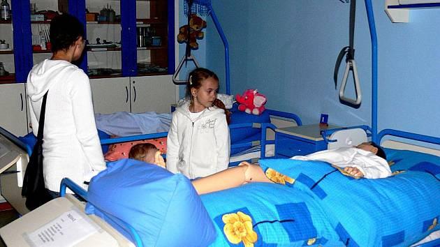 Nové, moderní vybavení zdravotnické sekce Mendelovy střední školy v Novém Jičíně si při oslavách porhlédly stovky malých i velkých návštěvníků.