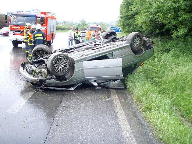 Řidič havarovaného BMW utrpěl lehčí zranění.
