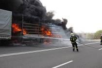 Čtyři jednotky hasičů vyjely dnes krátce po čtvrt na tři odpoledne k nahlášené dopravní nehodě osobního a nákladního automobilu.