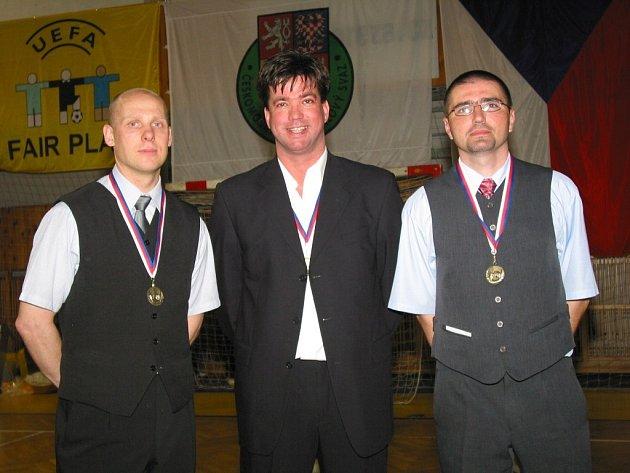 Po loňském finále se Rostislav Brož radoval společně s prezidentem klubu Martinem Pučokem a trenérským parťákem Radkem Koreným (vpravo) z mistrovského titulu.