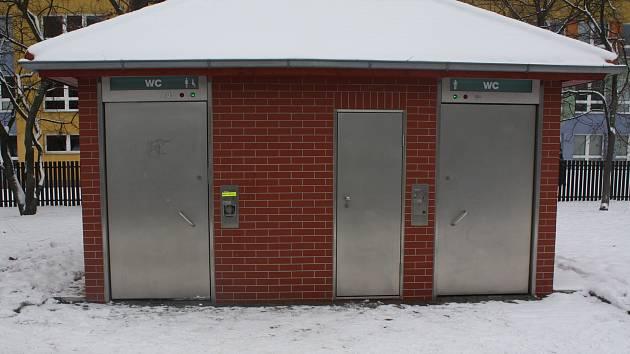 Veřejné záchody v Kopřivnici v blízkosti ZŠ Alšova.