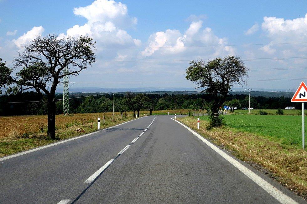 Policista na motorce narazil do stromu na silnici mezi Nový Jičínem a obcí Rybí.