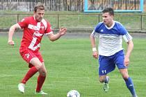 Novojičínský kanonýr Ondřej Pyclík (vpravo) řídil kanonádu pro Šternberku a čtyřmi góly si upevnil pozici nejlepšího střelce divizní skupiny E.