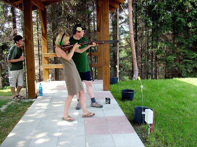Nikoli na medvěda, ale pouze na střelnici pro zábavu si vyzkoušela střelbu poslankyně Kateřina Konečná. Porcování medvěda v Poslanecké sněmovně se však účastní.