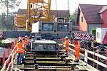 Základ nového mostu přes řeku Lubinu v Příboře bude z pěti dílů vyrovených z ultra vysokohodnotného betonu.