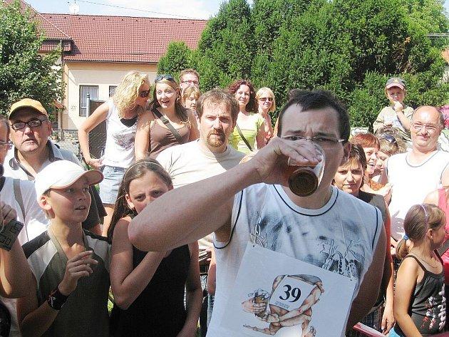 Sto mužů se zúčastnilo palačovské Pivní štafety. Rekord se však pokořit nepodařilo.