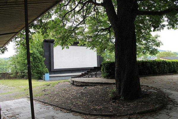 Letní kino vBílovci je hned vedle areálu zámku vklidném prostředí za náměstím.
