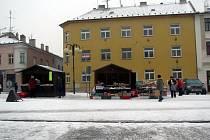 Stánky na náměstí nacházejí ve městě své odpůrce i obhájce. Většinou v nich prodávají své zboží Poláci.